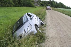 Mercedes i diket som knappt syntes